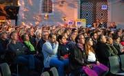 Gebannt blicken die Zuschauer im Innenhof des Staatsarchiv auf die Videoleinwand.Bild: Andreas Taverner