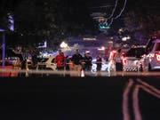 Behörden am Tatort: In Dayton hat ein Mann mindestens neun Menschen erschossen. Der Schütze ist laut Polizei ebenfalls tot. (Bild: KEYSTONE/AP/JOHN MINCHILLO)