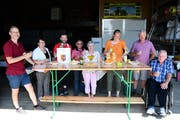 Das Organisationsteam der Dorfgemeinschaft begrüsst die Besucher am Eingang der Halle der Familie Brönnimann. (Bild: Werner Lenzin)