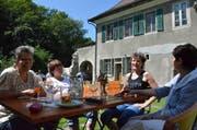Gut gelaunte Gäste geniessen ihre Zeit in der Komturei. (Bilder: Christoph Heer)