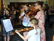 Spezielle Atmosphäre: Die Zuhörer standen und sassen hautnah rund um die Musizierenden. (Bild: Hanspeter Thurnherr)