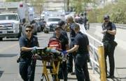 Bei einem Schusswaffenangriff im texanischen El Paso sind am Samstag (Ortszeit) mindestens 20 Menschen getötet und zahlreiche weitere Personen verletzt worden. (Bild: KEYSTONE/AP The El Paso Times/MARK LAMBIE)