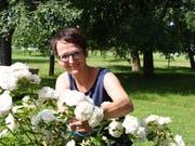 Sonja Brühlmann, die Präsidentin des Landfrauenvereins Hefenhofen-Sommeri, schneidet in ihrem Garten Rosen. (Bild: Yvonne Aldrovandi-Schläpfer)