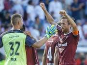 Die Servettiens mit Goalie Jérémy Frick und Captain Anthony Sauthier haben Grund zur Freude (Bild: KEYSTONE/SALVATORE DI NOLFI)