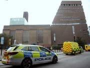 Bub vom zehnten Stock geworfen: Einsatzkräfte nach der Tat vor der Tate Modern Art Gallery in London. (Bild: KEYSTONE/AP PA/YUI MOK)