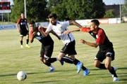 Der Uzwiler Thomas Knöpfel (weiss) realisiert den ersten Treffer gegen die U20 des FC Wil. (Bild: Urs Nobel)
