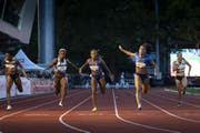 Mujinga Kambundji (zweite von rechts) gewinnt das Rennen über 100 m in starken 11,15 Sekunden. (Bild: Keystone/Anthony Anex)