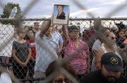 Freunde der am Samstag in El Paso erschossenen Mexikanerin Elsa Mendoza Marquez halten während eines Gedenkgottesdienstes in der amerikanischen Grenzstadt ein Foto der Verstorbenen in die Kameras. (Bild: Mark Lambie/Keystone)
