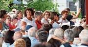 Claudia Niklaus (links im Bild mit weisser Rüschenbluse) sang mit dem Tell-Projektchor die Nationalhymne nicht nur am Mittag auf dem Rütli, sondern auch am Abend in Amriswil. (Bild: Manuel Nagel, Amriswil, 1. August 2019)