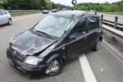Ein spektakulärer Unfall geht glimpflich aus: Nach dem Überschlag landet das Auto auf allen vier Rädern. (Bild: Kantonspolizei St. Gallen)