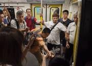 Protestierende verhinderten beispielsweise, dass sich die Türen der Hongkonger U-Bahn schliessen konnten. (Bild: Miguel Candela/Keystone)