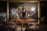 Heidi Eisenhut, Leiterin der Kantonsbibliothek Appenzell Ausserrhoden, im Salon der Zellweger-Wohnung im Fünfeckpalast vor dem imposanten Wandbild. (Bild: Benjamin Manser / TAGBLATT)