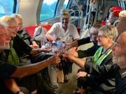Die Mitglieder des Festchors stossen noch mit Wein an.