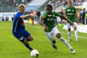 St. Gallens Dereck Kutesa (rechts) gegen Luzerns Marvin Schulz. (Bild: Georgios Kefalas/KEY)