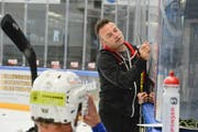 HCT-Trainer Stephan Mair zeichnet den Spielern seine Ideen vor. Der Südtiroler verlangt von seinen Spielern ab dem ersten Eistraining Bereitschaft und Konzentration. (Bild: Donato Caspari)
