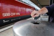 Ein letztes Mal die Zigi ausdrücken am Bahnhof Frauenfeld. (Bild: Donato Caspari)