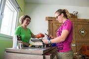 Im Hofladen von Christine Gilli (links) können die Kunden ihre Einkäufe bargeldlos via Twint-QR-Code bezahlen. (Bild: Dominik Wunderli, 25. Juni 2019)
