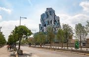 Wie ein eckiger, kantiger Felsen: Franky O. Gehrys Turm in Arles. (Bild: Frank Rumpenhorst/dpa)
