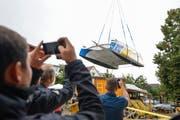 Mit dem Pneukran wird der fertige Katamaran von der Werkstatt oberhalb der Werft abtransportiert. (Bild: Donato Caspari)