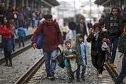 Auf dem Landweg klappts nicht: Deshalb versuchen Flüchtlinge ihr Glück vermehrt mit gefälschten Pässen am Flughafen. (Bild: Yannis Kolesidis/Keystone)