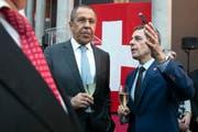 Der russische Aussenminister Sergei Lawrow (links) und sein Schweizer Kollege Ignazio Cassis trafen sich am 18. Juni bei der Eröffnung der neuen Schweizer Botschaft in Moskau. Finanziert wurden die Feierlichkeiten grösstenteils von privaten Geldgebern. (Bild: Pavel Golovkin/AP)
