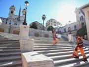 Gemeindearbeiter reinigen die im 18. Jahrhundert errichtete Spanische Treppe in Rom, die zur Kirche Trinita dei Monti führt. (Bild: KEYSTONE/EPA ANSA/ALESSANDRO DI MEO)