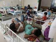 Dengue-Patienten werden in einem Spital auf den Philippinen behandelt. Nach mehr als 600 Toten durch das Dengue-Fieber hat die Regierung den Notstand erklärt. (Archvbild) (Bild: KEYSTONE/EPA/CERILO EBRANO)