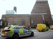 Kranken- und Polizeiautos warten vor dem Museum Tate Modern in London, nachdem ein Jugendlicher ein 6-jähriges Kind von der Aussichtsplattform gestossen hat. Der Täter muss sich wegen versuchten Mordes verantworten. (Bild: KEYSTONE/AP PA/YUI MOK)