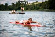 Badeaufsicht Andrea Insolia macht auf seinem Board einen Rundgang übers Wasser. (Bilder: Reto Martin)