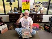 Das Woodstock-Festival vor 50 Jahren hat eine ganze Generation von Musik-Fans geprägt. Im Bild der US-Amerikaner George Hill, der am Festival mit dabei war, umrahmt von zahlreichen Erinnerungen an das legendäre Fest. (Bild: KEYSTONE/AP The Baxter Bulletin, Rev-share/KEVIN PIEPER)