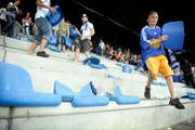 Souvenirjäger im Stadion Allmend nach dem letzten Spiel des FCL im alten Allmend-Stadion am 13. Juni 2009. Junge Fans tragen als Andenken Sitzmöbel nach Hause. (Bild: Pius Amrein, 13. Juni 2009)