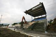 Abbrucharbeiten beim alten Allmend-Stadion. Bagger reissen die letzten Reste der Tribüne ab. Links ein Trümmerhaufen aus den Resten des Stadions. (Bild: Manuela Jans, 26. August 2009)