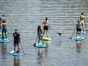 Das Stand Up Paddeling birgt mehr Unfallgefahren als viele denken. (Bild: KEYSTONE/EPA/RONALD WITTEK)