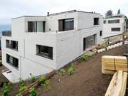 Die Hypothekarzinsen dürften noch lange tief bauen: eine Immobilie kurz vor ihrer Fertigstellung (Archivbild). (Bild: KEYSTONE/STEFFEN SCHMIDT)