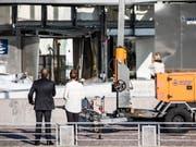 Steuerverwaltungsdirektorin Merete Agergaard und Steuerminister Morten Bodskov begutachten nach einer Explosion die Schäden an der Fassade des Steuerverwaltungsgebäudes in Kopenhagen. (Bild: KEYSTONE/EPA RITZAU SCANPIX/OLAFUR STEINAR GESTSSON)