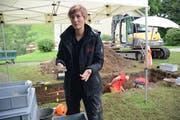 Archäologin Iris Hutter mit einem menschlichen Kieferknochen. (Bilder: Karin Erni)