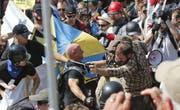 Bei einem Aufmarsch weisser Nationalisten 2017 kam es in Charlottesville zu groben Auseinandersetzungen mit Gegendemonstranten. (Bild: AP)
