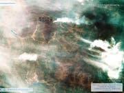 Eine Satellitenaufnahme der Waldbrände in der Region Irkutsk in Sibirien vom 1. August 2019. Insgesamt sind bereits mehr als 30'000 Quadratkilometer Fläche verbrannt. (Bild: KEYSTONE/AP Roscosmos Space Agency)