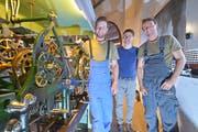 Mesmer Roger Keller (Mitte) freut sich über die gelungene Revision der beiden Kirchturmtechniker Jeremias Wicki und Sandro Fraefel. (Bild: Mario Testa)