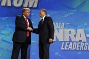 Donald Trump mit NRA-Geschäftsführer Wayne LaPierre beim Jahrestreffen des Waffenverbands. (Bild: AP)
