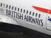 Wegen Problemen beim Einchecken an mindestens drei britischen Flughäfen müssen sich Tausende Passagiere von British Airways an Londoner Flughäfen in Geduld üben. (Bild: KEYSTONE/EPA/ANDY RAIN)