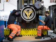 Zwei Arbeiter in der SBB-Cargo-Werkstätte in Bellinzona. (Bild: KEYSTONE/TI-PRESS/GABRIELE PUTZU)