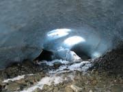 Eine Innenaufnahme der Eisgrotte, in welcher der vermisste Ungar gefunden wurde. (Bild: Kapo GR)
