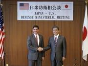 US-Verteidigungsminister Mark Esper (links) und sein japanischer Amtskollege Takeshi Iwaya (rechts) vor ihren Gesprächen in Tokio. (Bild: Keystone/EPA AP POOL/EUGENE HOSHIKO / POOL)