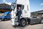 Daniel Balmer, Leiter Transportlogistik der Migros Ostschweiz, führt den Biogaslaster vor. Bild: Ralph Ribi (Gossau, 8. August 2019)