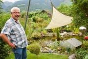 Edi Sedleger hat sich hier ein kleines Paradies mit Teich und Fischen sowie Beeren und Gemüse geschaffen. (Bild: Heidy Beyeler)
