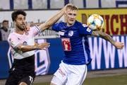 Espanyol's Didac Vila, links, kämpft mit Marvin Schulz um den Ball.(Bild: Alexandra Wey/Keystone, 8. August 2019, Swisspor-Arena)