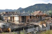 Die Baustelle der Mehrfamilienhäuser liegt seit mehreren Monaten still, nun soll weitergebaut werden. (Bild: Sabine Camedda)