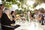 Die Buchser Familiengärtner sind eine gesellige Truppe – und einem Fondue auch im Sommer nicht abgeneigt. (Bild: Heidy Beyeler)
