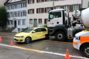 Heftige Kollision, keine Verletzten: Die Autofahrerin und der Lastwagenchauffeur kamen mit dem Schrecken davon. (Bild: Stapo)